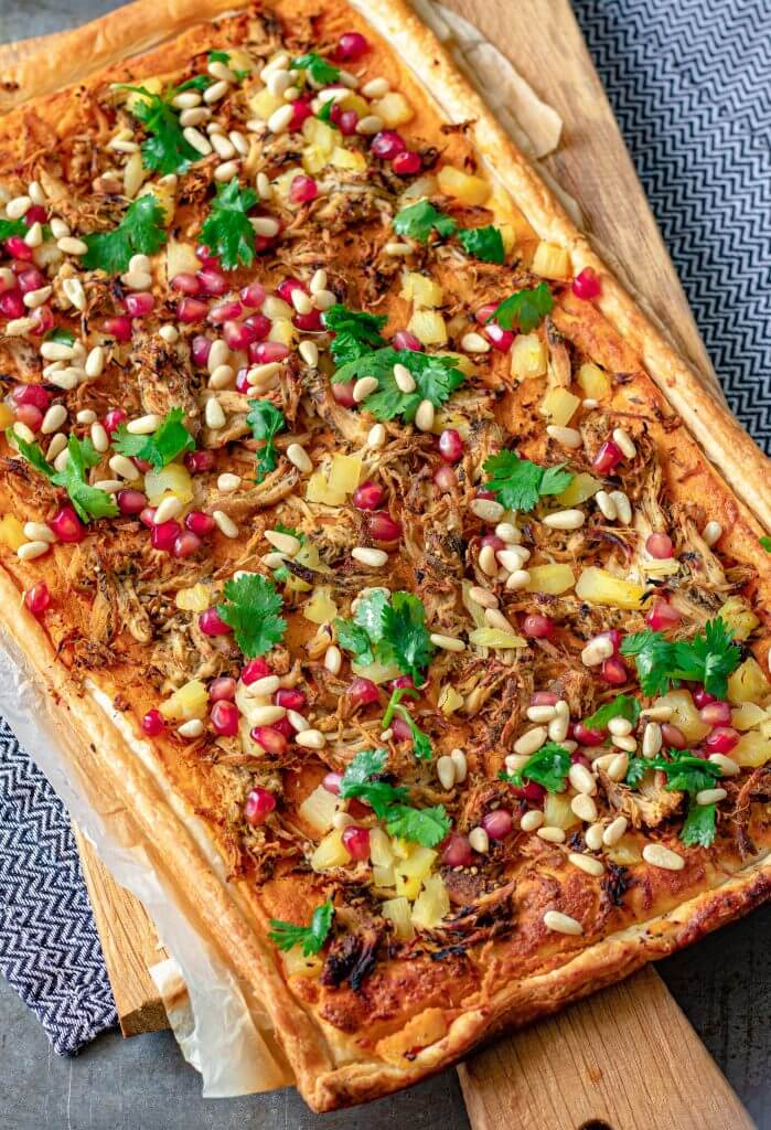 Plaattaart met spicy hummus pulled za'atar chicken & granaatappel