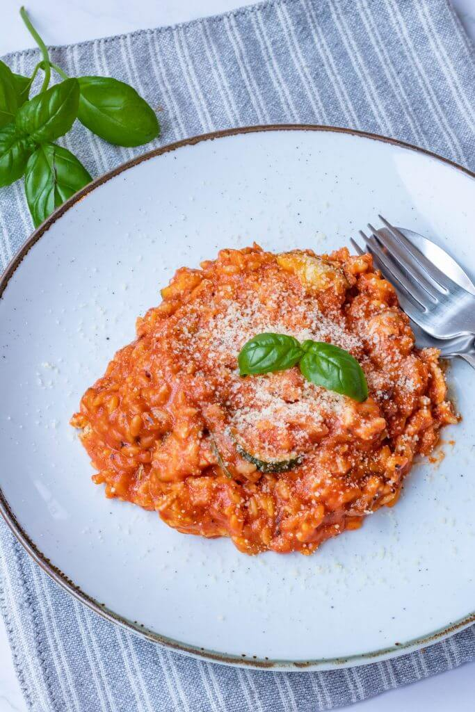 Orzo met tomatensaus en Parmezaanse kaas