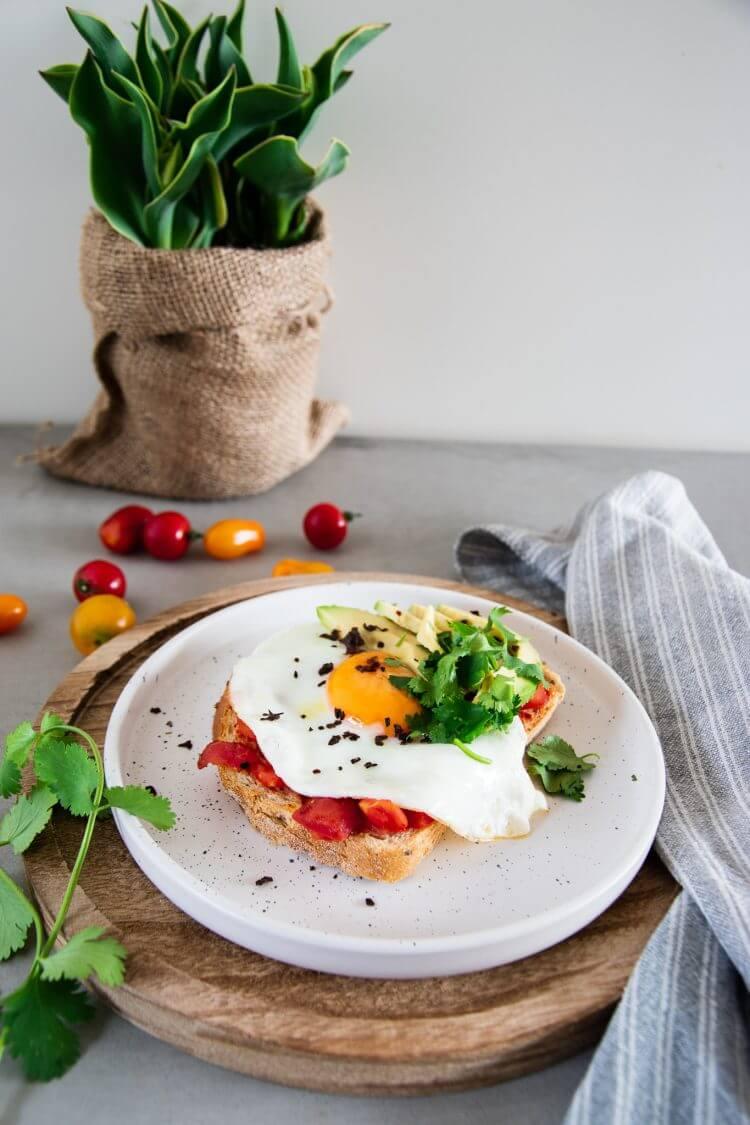 Broodje ei met Chipotle-tomatensalsa